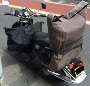 訪問に必要な器具機材一式がバイクに